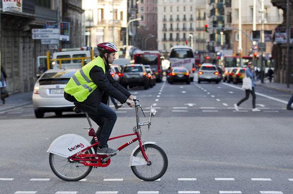 ciclista-casco-obligatorio-ciudad